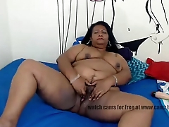 granny  cams Southern experienced caramel tortures her hungry pussy lying